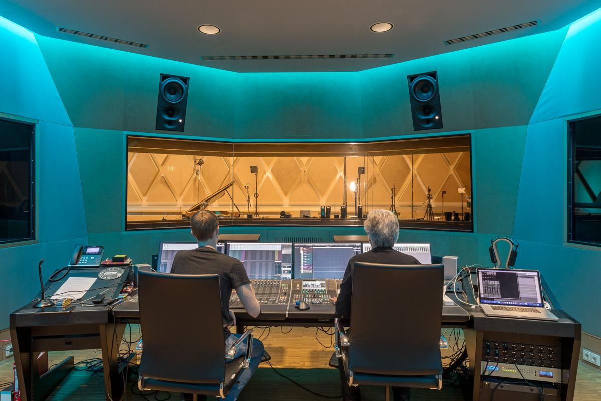 Ole Bunke (links) und Gregor Zielinsky bei der Arbeit in der an den großen Aufnahmesaal angrenzenden Regie. Zwei Neumann KH 420 kommen als Stereo-Hauptmonitore zum Einsatz