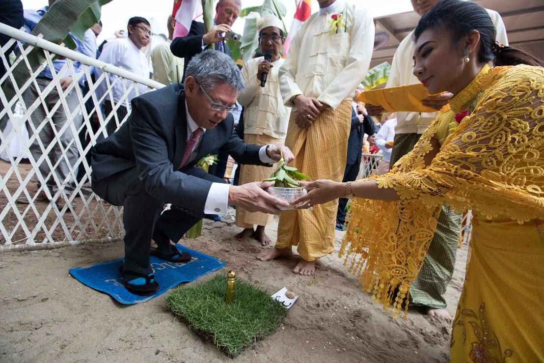 Clement K.M. Kwok, director general y CEO de The Hong Kong and Shanghai Hotels Limited en la  tradicional ceremonia de colocación de la primera piedra en Yangon, Birmania de The Peninsula Yangon