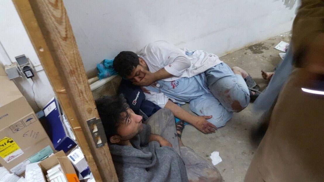 © MSF<br/>Deux collaborateurs de MSF sous le choc après l'attaque de l'hôpital de MSF à Kunduz, en Afghanistan, par l'armée américaine le 3 octobre.