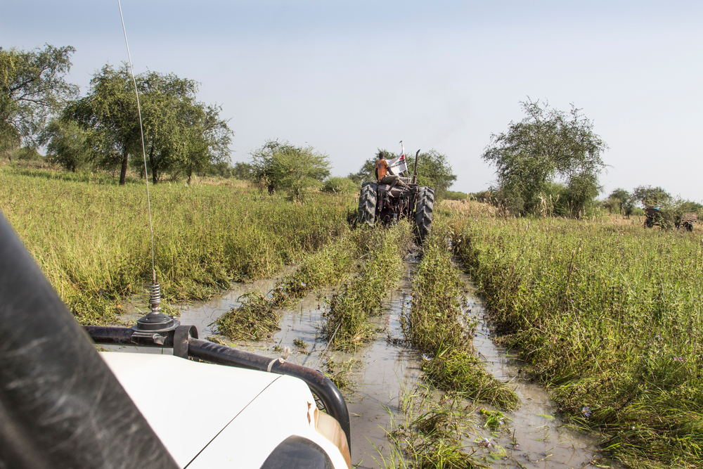 Passing through certain areas is only possible with the help of a tractor which tows the MSF Land Cruiser. Half way along the road the team comes across a wide swamp that can only be passed with the tractor. Photographer: Philippe Carr/MSF