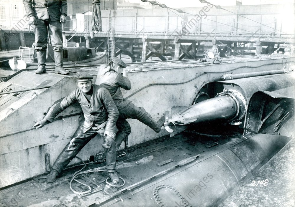 Loading torpedoes on deck of a submarine of the German navy.<br/>AKG1063024