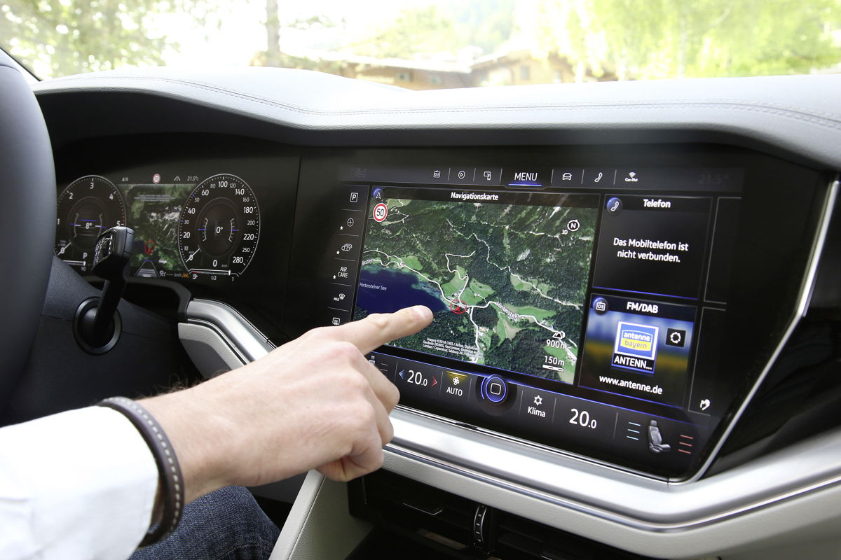 Con la pantalla concepto de operación digital Volkswagen presenta Innovision Cockpit, que se lanzó con el nuevo Touareg. El concepto completamente funcional fusiona la Active Info Display con el sistema de Infoentretenimiento. Las funciones se operan con una pantalla táctil, comandos de voz o control de gestos.