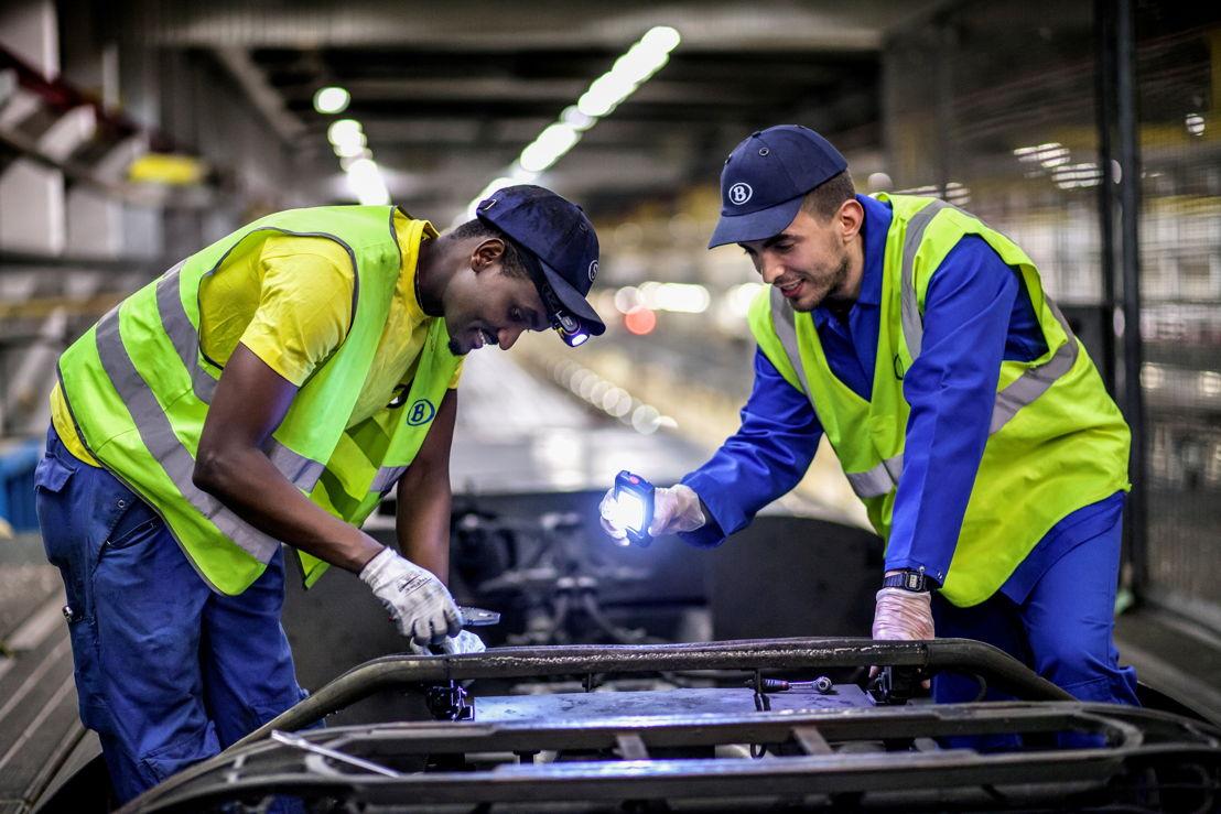 Twee technici van de NMBS aan het werk. (Foto: NMBS)