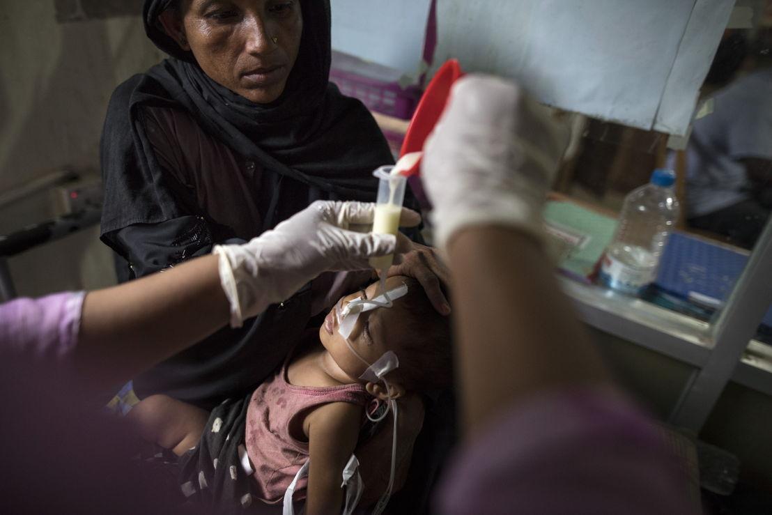 9개월 된 로힝야 아이가 국경없는의사회 병원에서 영양실조 치료를 받고 있다. ©Paula Bronstein/MSF