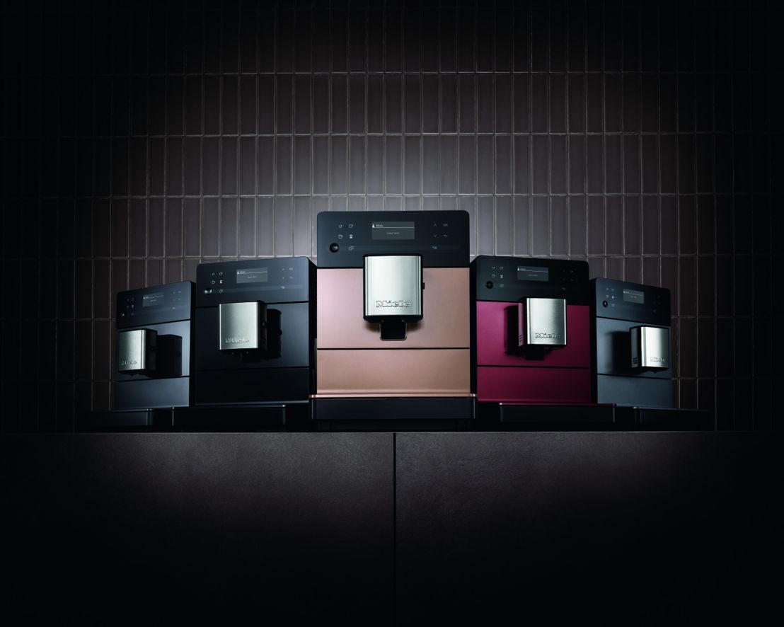 La CM5 est disponible en cinq couleurs trendy: Graphite grey, Tayberry red, Obsidian black, Graphite grey PearlFinish et Rosé gold PearlFinish.