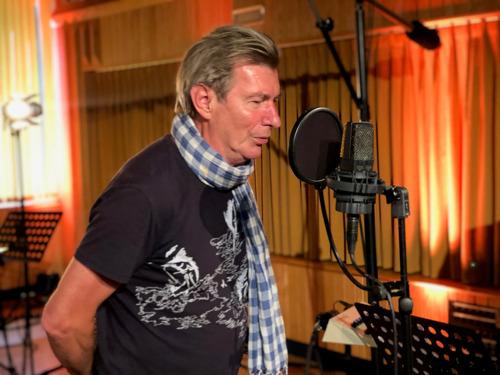 VIDEO | Paul Michiels maakt unieke cover van 'Het verschil met mijn vriend Jan' voor Het jaar van Raymond
