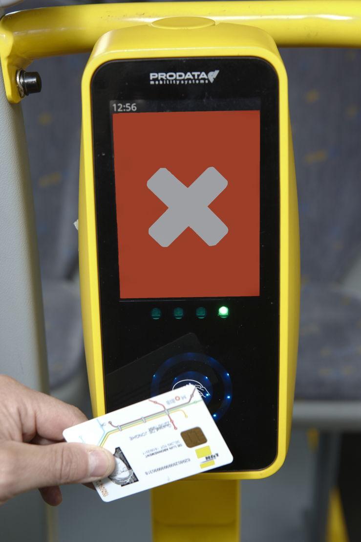 Als de MOBIB-kaart niet goed is gelezen, verschijnt een wit kruis op een rode  achtergrond.