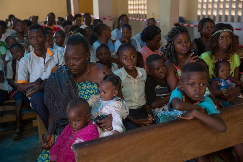 People wait to be vaccinated against Yellow Fever by Medecins Sans Frontiers (MSF) in a church in Matadi, DRC. Photographer: MSF