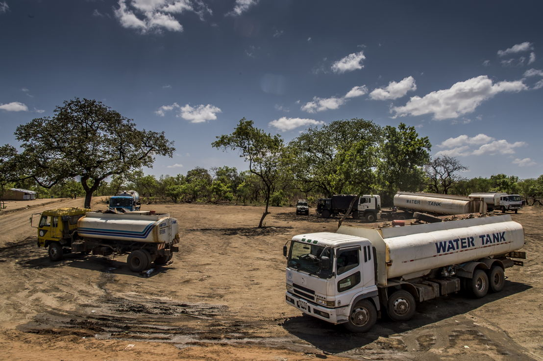 Pour l'approvisionnement en eau, MSF a construit des puits artésiens. L'eau est ensuite répartie dans les différentes citernes d'eau un peu partout dans le camp. Ici des camions-citernes dans le camp de Dibidibi.<br/>L'accès à l'eau potable est l'un des principaux défis dans les camps de réfugiés, et MSF continue de développer ses activités dans ce domaine  © Frederic Noy