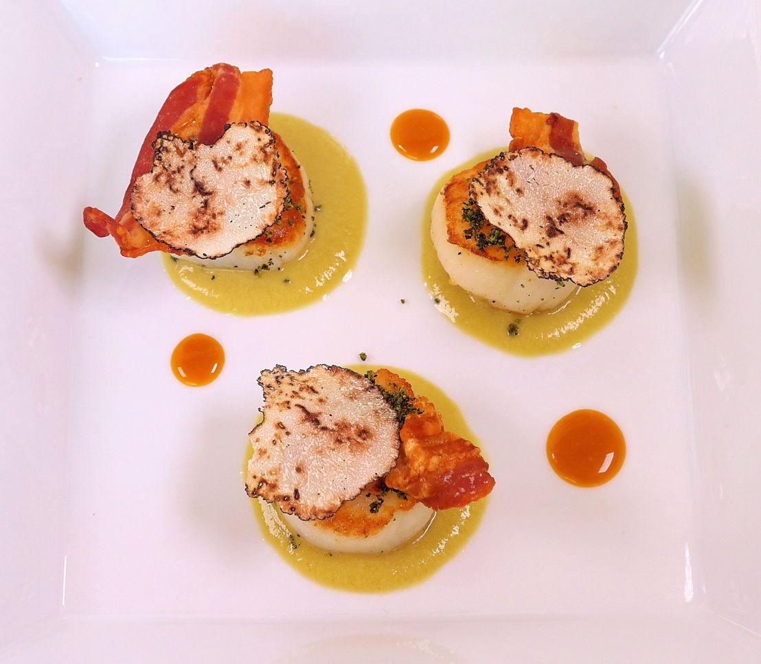 Capesante scottate con carciofi, bacon croccante, tartufo estivo e alga wakame