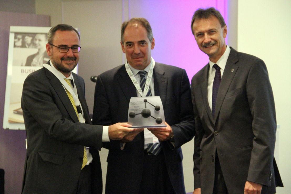 Winner in category Innovation: Repsol represented by Rafael Jiménez & Esteban Gimeno. Award handed by Michael Kundel, EuPC President.