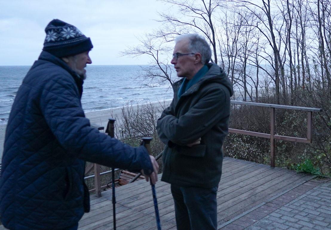 Check-point Rusland met Jan Balliauw in gesprek met een wandelaar aan de Baltische kust in Kaliningrad - (c) Eugene Rudnii