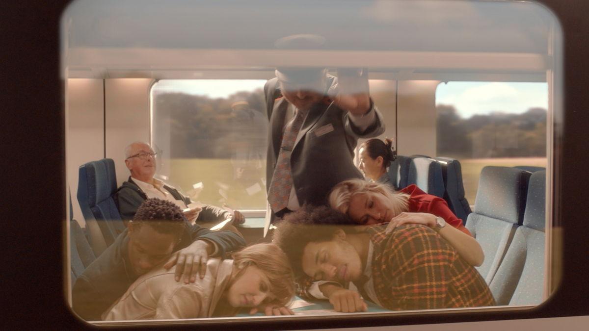 Les voyageurs profitent de leur trajet en train pour se reposer, lire ou travailler.