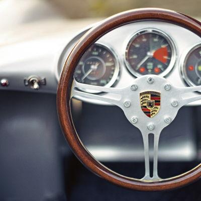 Volante del Porsche 550 Spyder en miniatura. ¿La llave a la derecha? Por supuesto, pues allí estaba también en el Porsche 550 original. Incluso los indicadores y el volante de radios del mini Spyder son una réplica exacta del original.
