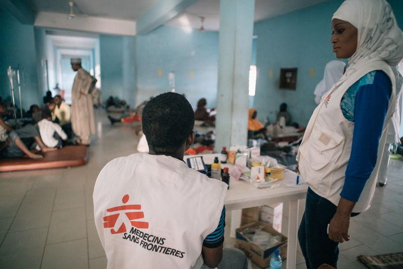 Members of MSF Nigeria Emergency Response Unit (NERU) attending patients in the meningitis treatment center run by MSF in Sokoto Mutalah Mohamad Hospital. Photographer: Fabrice Caterini - INEDIZ/MSF