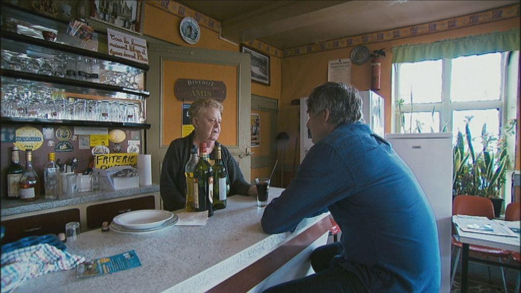 300 jaar grens - Kamagurka praat met de Frans-Vlaamse cafébazin Gisèle Coudeville - (c) VRT - Pretpraters
