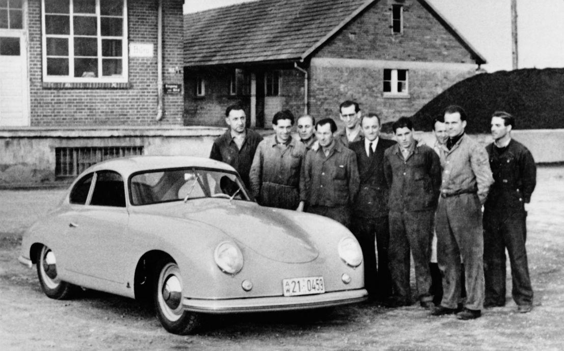 1950. A partir de marzo, los primeros autos deportivos Porsche son producidos en Stuttgart-Zuffenhausen