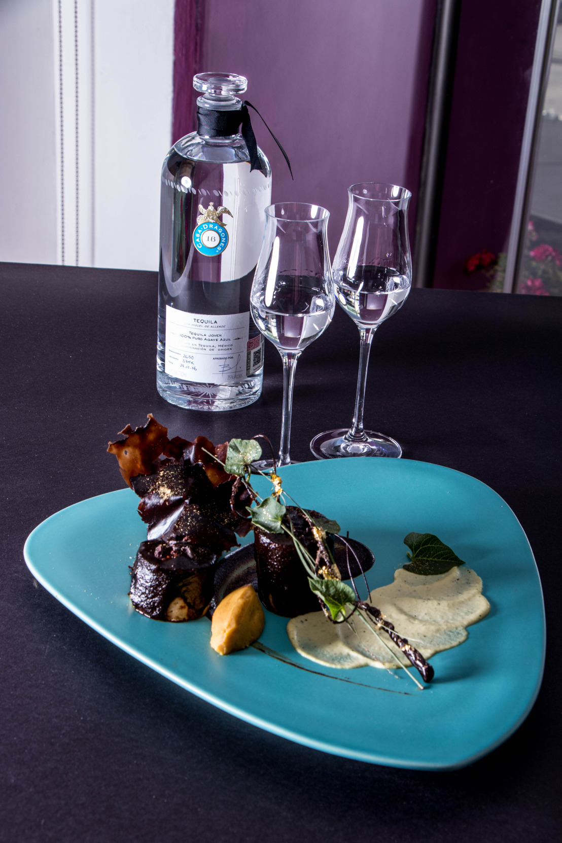 Romántico maridaje de Tequila Casa Dragones Joven con mole de la chef Martha Ortiz