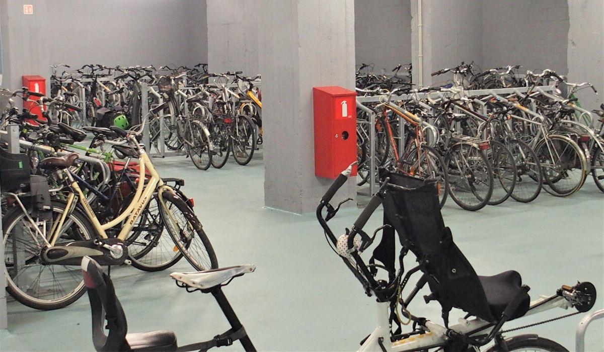 De uitgebreide fietsenparking is vanuit de stationshal makkelijk te bereiken met een lift en een roltrap.