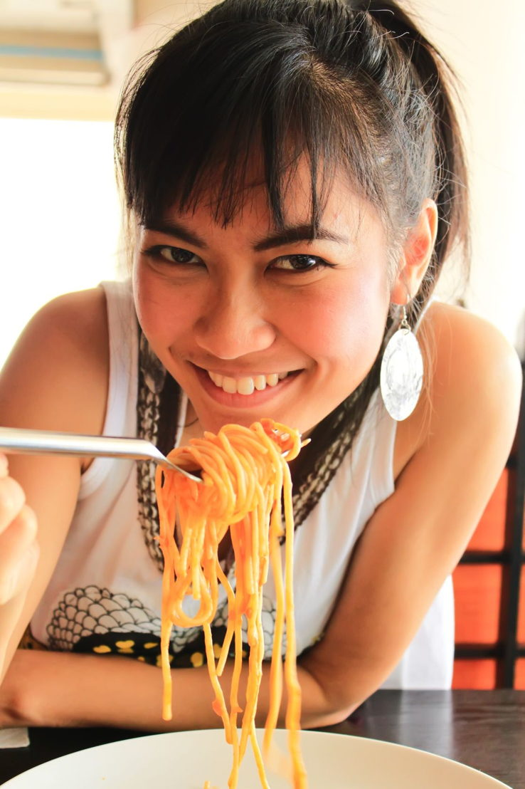 Ragazza mangia spaghetti.jpg