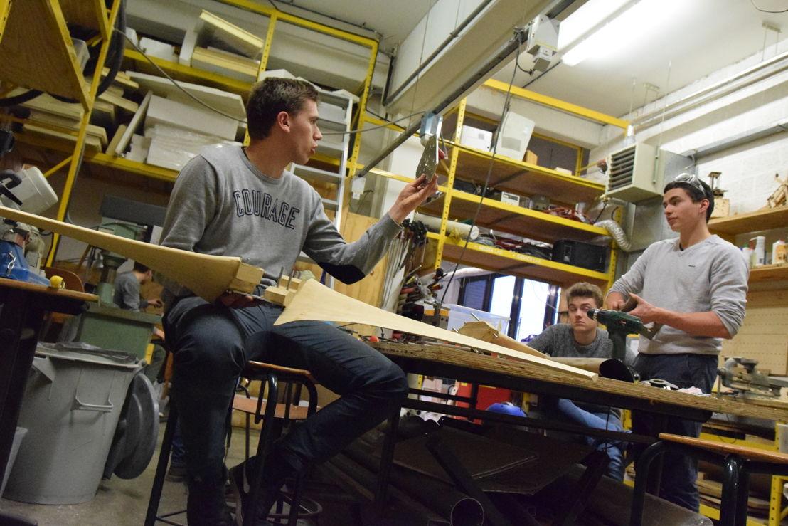 De bachelorstudenten Industriële ingenieurswetenschappen aan het werk in het FabLab