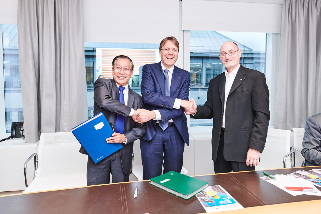 Ambet Yuson (BWI), Rik Vandenberghe (CEO BESIX Group) en Guy Winandy (EWC)
