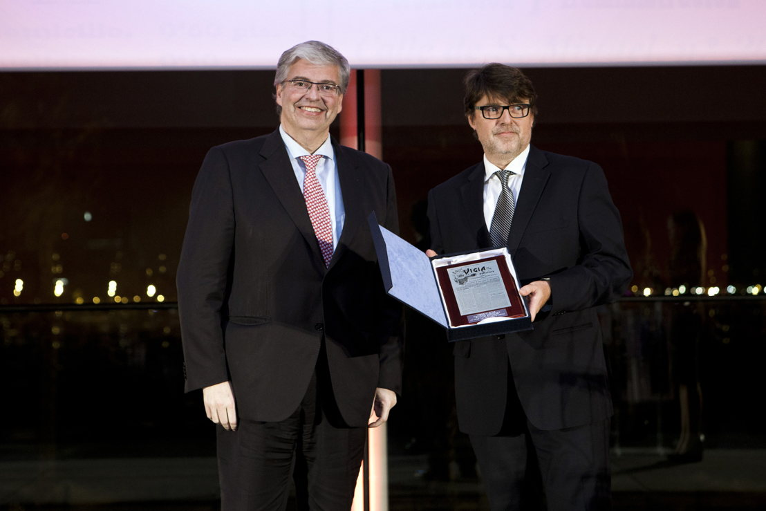 (right) Luís Martínez, Emirates SkyCargo's Cargo Manager, Barcelona, receiving the Logistics Quality Award on behalf of the carrier.