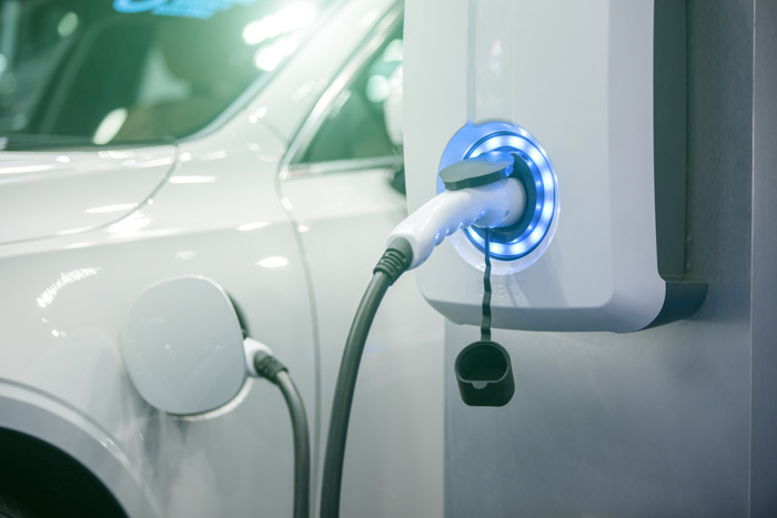 Shift naar elektrisch op volle kruissnelheid tegen 2030, maar nog hordes op de weg