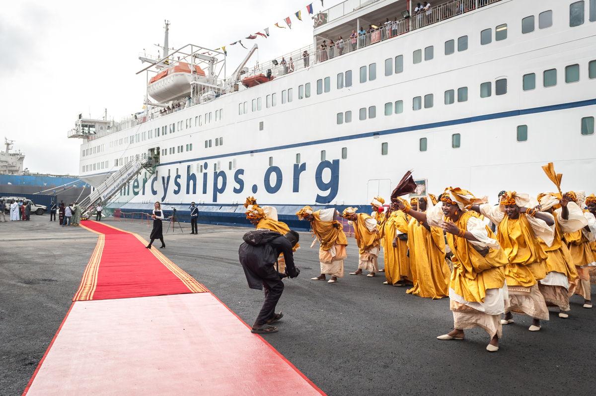 Feierliche Begrüßung des Spitalschiffes im Hafen von Dakar © Mercy Ships / Saul Loubassa