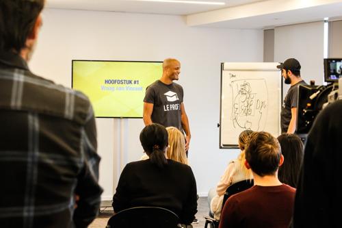 (VIDEO) Vincent Kompany en Abdel en Vrai geven les Nederlands aan Brusselse werkzoekenden