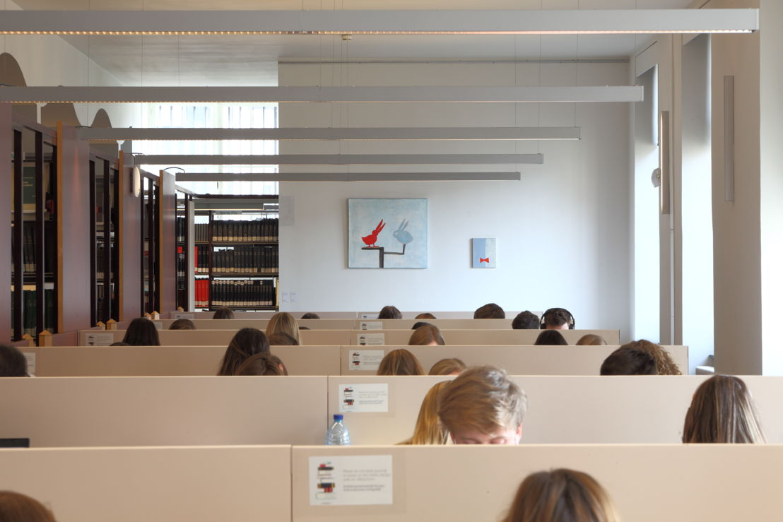 Installation view of the exhibition &#039;Entre nous quelque chose se passe...&#039; in the Library of the Faculty of Law, KU Leuven.<br/>Artist and work: Walter Swennen, left: Konijn et Canard (2001), right: Noeud Papillon (1999)<br/>Photo © Dirk Pauwels