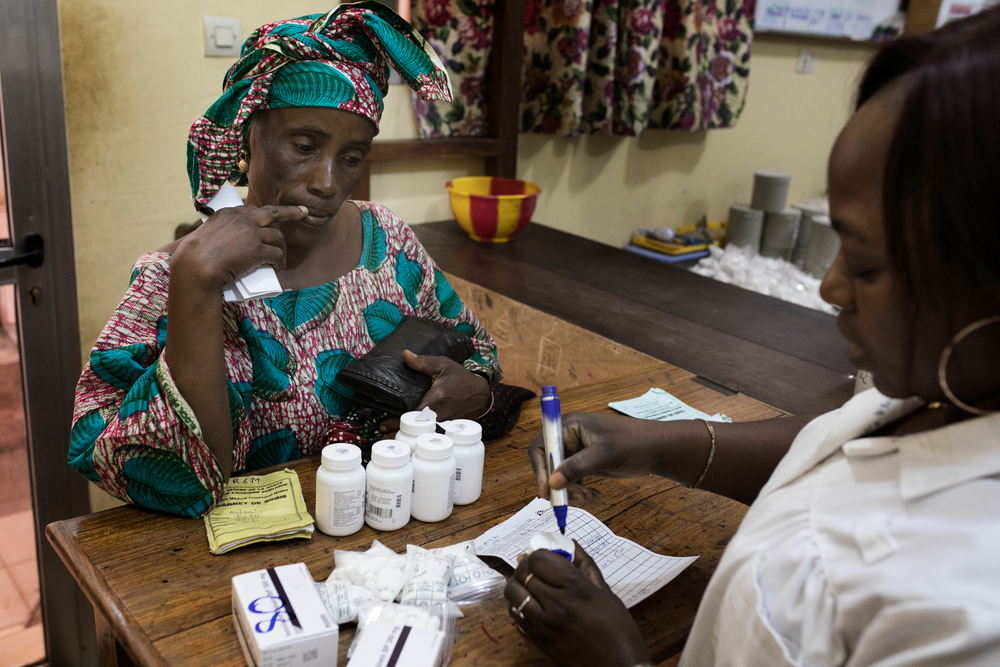 Una paciente recoge su medicación en el centro de MSF en Matam, Guinea-Conakry. Albert Masias/MSF