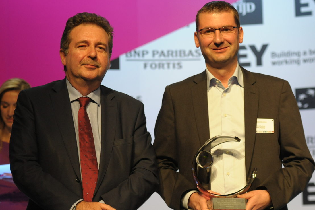 Patrick Bontinck van VISIT.BRUSSELS ontvangt de award 'Overheidsorganisatie van het Jaar 2015 - Brussel' van Rudi Vervoort