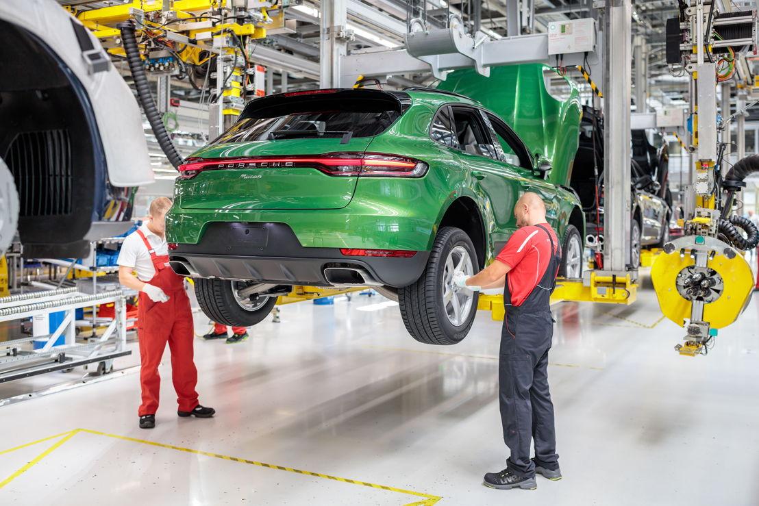 Sobre ruedas: Momento en que son incorporadas las llantas al nuevo Macan en la línea de montaje