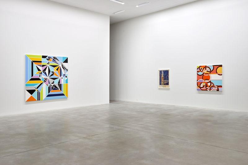De gauche à droite: Sarah Morris. Angel [Origami] (2009) & El Ultimo Testigo [The Parallax View] (2013) & 1976 [Rings] (2008) (c) Dirk Pauwels