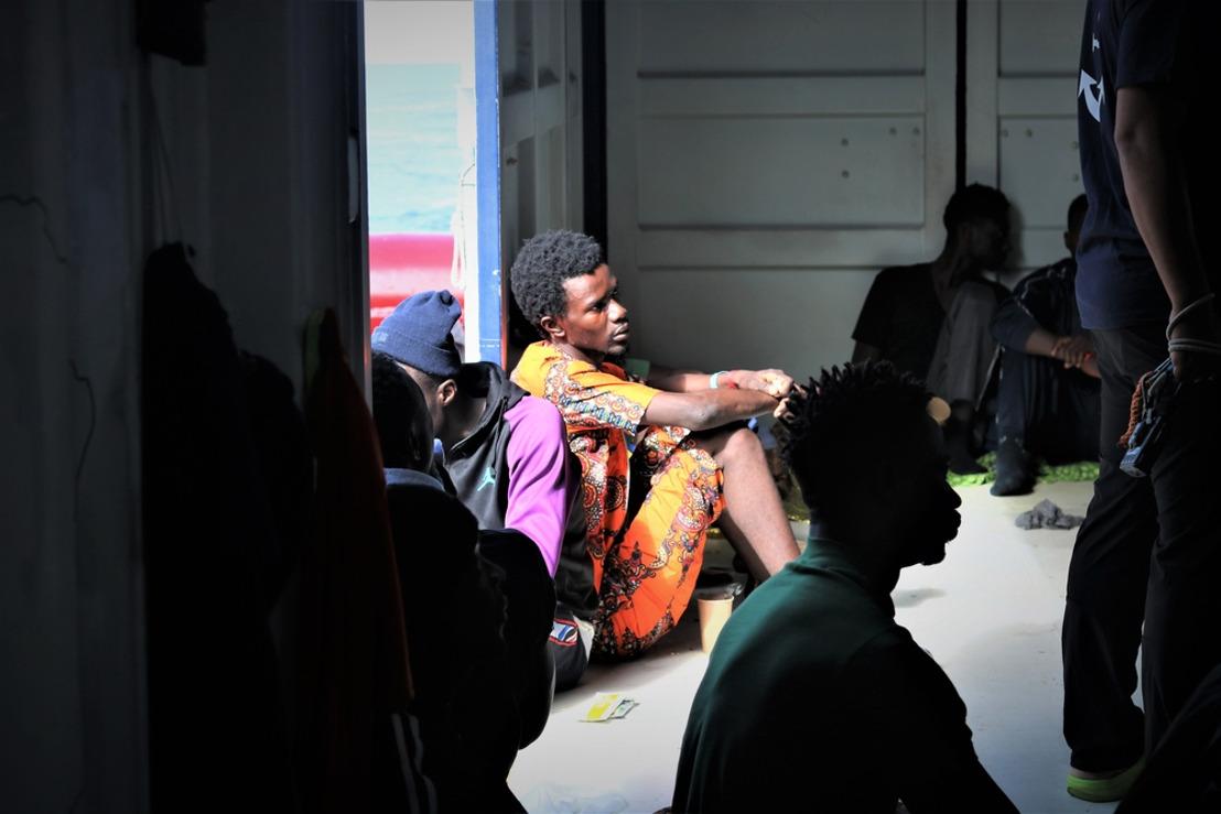 Los 82 rescatados por el Ocean Viking desembarcarán en Lampedusa
