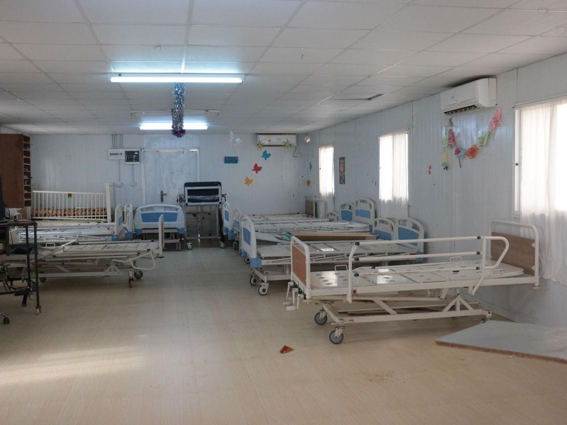 'Het was hier altijd druk, mensen die praatten, lachten. Nu zijn onze verpleegafdelingen leeg en stil,' aldus Marjan Besuijen, projectcoördinator van Artsen zonder Grenzen voor de kliniek in Zaatari. 29 november 2016