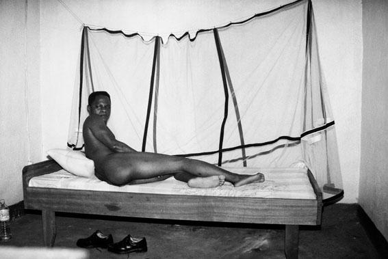 Samuel Fosso, Autoportrait<br/>&quot;Mémoire d&#039;un ami&quot; (Memory of a friend) series, 2000<br/>© Samuel Fosso, courtesy Jean Marc Patras, Paris