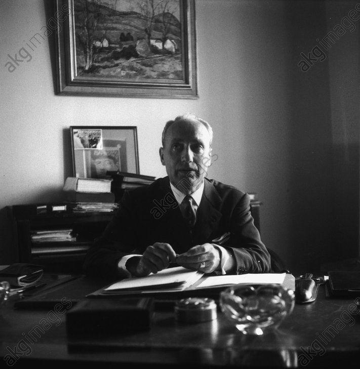 Maurice Papon, Préfet de Police de Paris, dans son bureau de la préfecture en octobre 1960. © Paul Almasy / akg-images