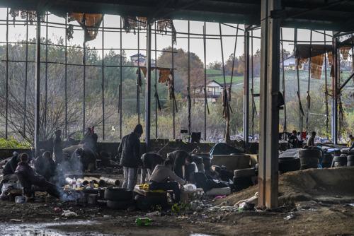 Miles de migrantes y refugiados atrapados a las puertas del duro invierno bosnio