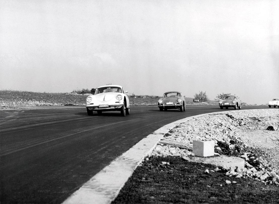 1961. El 16 de octubre, Ferry Porsche pone la primera piedra en el nuevo sitio de producción en Weissach, el cual cuenta con una pista y plataforma de deslizamiento