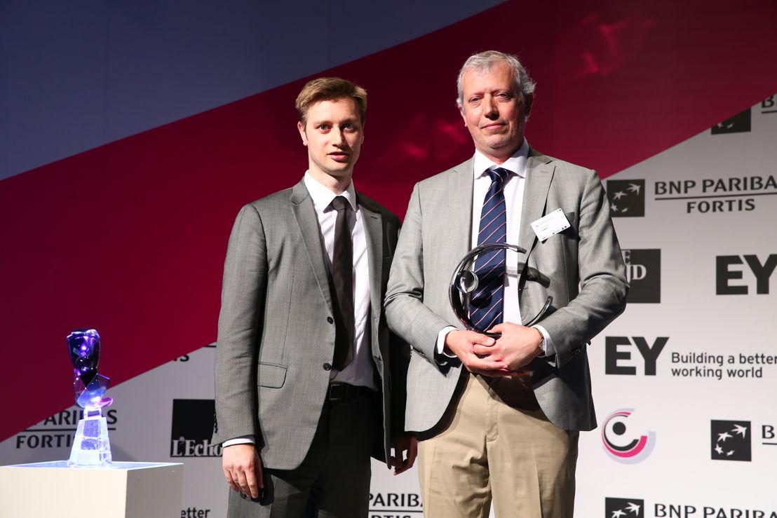 Eric Smit, Président du Comité de Direction de SWDE, reçoit l'award 'Organisation publique Régionale de l'Année 2016' de Joan Condijts, rédacteur en chef de L'Echo. ©EA/A2pix_F.Blaise
