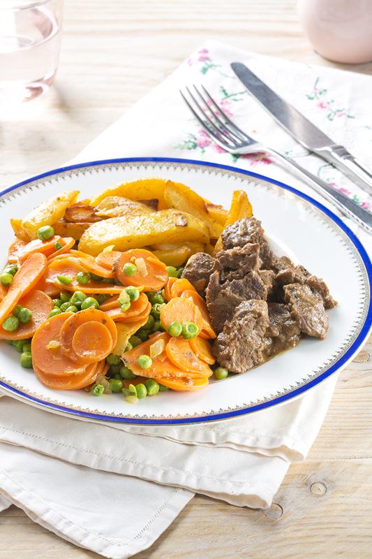 Stoofvlees met aardappelen en worteltjes en erwtjes