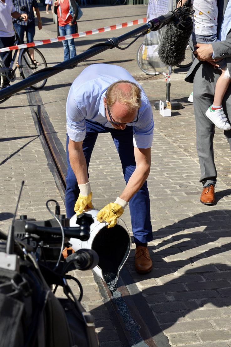 Vlaams minister van Mobiliteit en Openbare Werken maakt de laatste meters tramspoor in de Belfortstraat in Gent fietsveilig