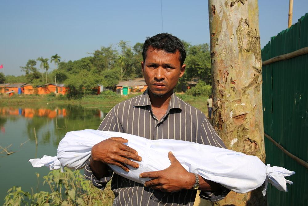 Ce père tient son enfant d'un an décédé suite à une pneumonie © Mohammad Ghannam
