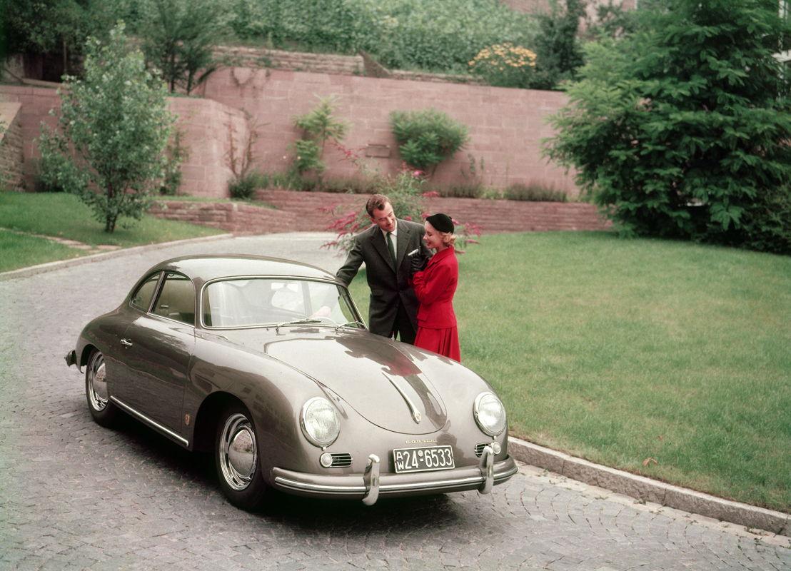 1955. En el Salón Internacional del Automóvil de Frankfurt en septiembre fue presentado el Porsche 356 A