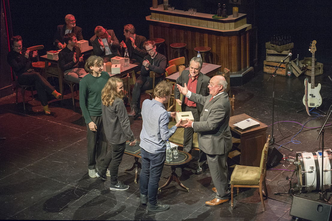 Uitreiking prijs Vormgeving 2016 door gedeputeerde Jozef Dauwe aan Collective 019 - copyright Luk Monsaert