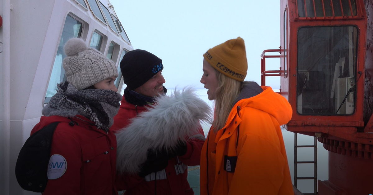 … while the climate-resistant MKH 416 in its basket windshield and hairy cover was responsible for the majority of outdoor recordings. Friederike Krüger (r.) with Lisa Heusinger and Falk Ebert during the production of Friederike's mini-documentary