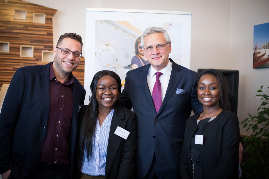 Muataz Al Zaim (klant microStart/Impulskrediet), Kris Peeters (Vice-eersteminister en Minister van Werk) en Carolien en Nancy Lembe (klanten microStart)