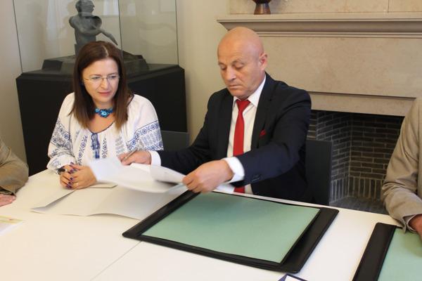 Cristina Vasile (directeur CAG Buzau) en Emanoil Neagu (voorzitter Departement Buzau) tekenen de samenwerkingsovereenkomst in het Provinciehuis